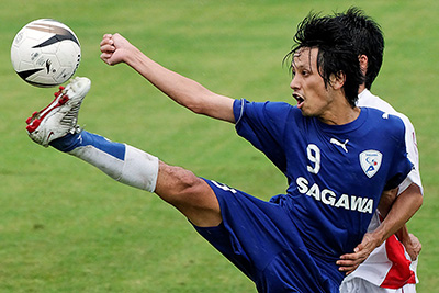 SAEKI attempts to control the ball for Sagawa - stefanole